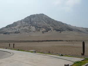 The mountain worshipped at Huaca de la Noche