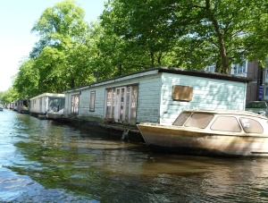 250 000 euros for this houseboat